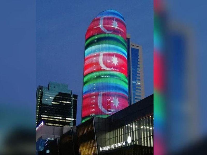 Nur-Sultanda Kazmedia binasında Azərbaycanın dövlət bayrağı əks olunub - FOTO