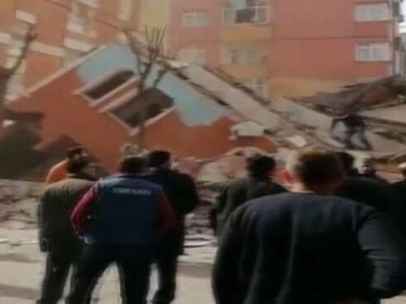 İstanbulda bina çökdü - VİDEO