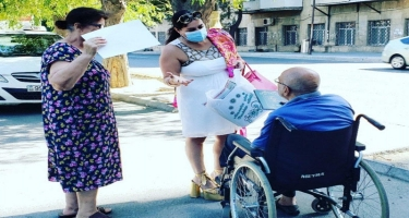 Elza Seyidcahan bayramda insanlara disk payladı - FOTO