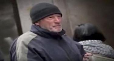 Evsiz hesab etdiyi adama pizzasını verdi, kim olduğunu biləndə MAT QALDI