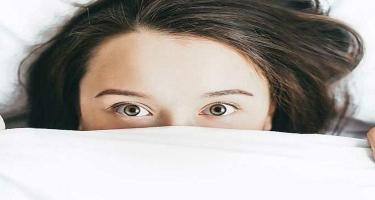 Gözəlliyi qorumaq üçün hansı pozada yatmaq effektivdir?