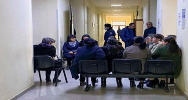 Ermənistanda aksiyalar səngimir - itkinlərin valideynləri binanın girişlərini bağladılar - FOTO
