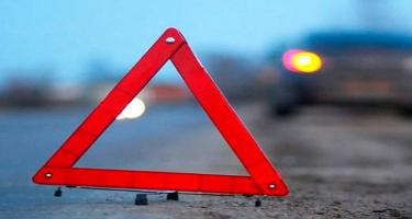 Avtomobilini yol ayırıcısına vuran sürücü öldü