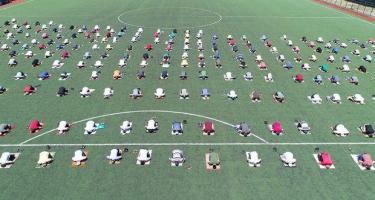Dünyada ilk dəfə cümə namazı futbol meydançasında qılındı