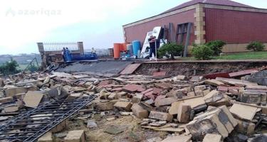 Gəncədə xəstəxananın hasarının uçması qaz xəttini yararsız hala salıb - FOTO