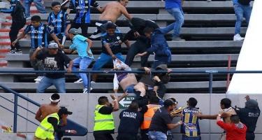 Azarkeşlər arasında dava düşdü, futbolçular meydandan qaçdı - Video