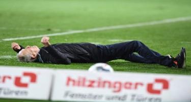 Bundesliqada futbolçu baş məşqçini yerə yıxdı, ara qarışdı -  Video