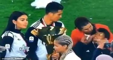 Ronaldo oğlunu kubokla vurdu - Video