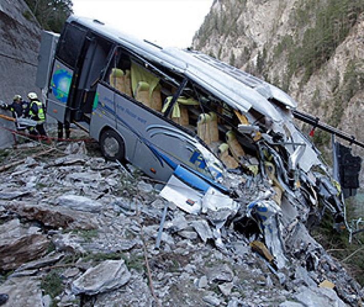 Avtobus yolda çuxura düşdü - 9 ölü