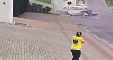 Braziliyada təyyarə avtomovil yoluna düşdü (VİDEO)
