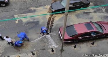 Suraxanıda su borusunun partlaması nəticəsində küçəni su basıb (VİDEO)