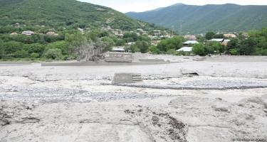 Bakı-Şamaxı yolunu sel yudu, hərəkət dayandı (VİDEO)