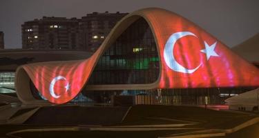 Heydər Əliyev Mərkəzinin binası və Bakı Olimpiya Stadionunun üzərinə Türkiyənin bayrağı videoproyeksiya olunub (FOTO)