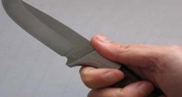 Həyat yoldaşını boynundan bıçaqladı - Qısqanclıq