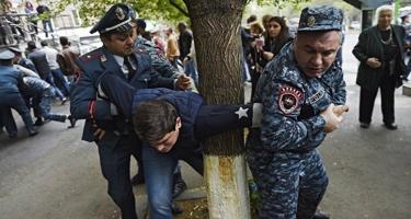 Ermənistanda polislə toqquşma zamanı 13 etirazçı xəsarət alıb