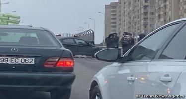 Bakıda yük maşını ilə minik avtomobili toqquşub, yolda tıxac yaranıb (FOTO)