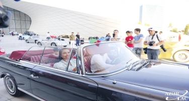 Heydər Əliyev Fondunun vitse-prezidenti Leyla Əliyeva klassik avtomobillərin yürüşü və sərgisini izləyib (FOTO)