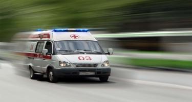 Moskvada təcili yardım avtomobili işıq dirəyinə çırpılıb, yaralananlar var