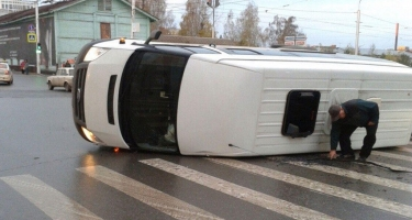 Türkiyə mikroavtobus aşıb: yaralılar var