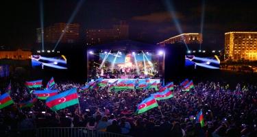 Heydər Əliyev Mərkəzinin parkında Müstəqillik günü münasibəti ilə konsert olub (FOTO)