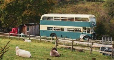 Britaniyada turistlər iki mərtəbəli avtobuslarda yaşaya bilərlər