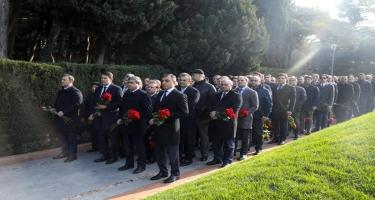Ümummilli lider Heydər Əliyevin xatirəsi ehtiramla yad edilir (FOTO)