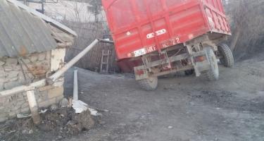 Zərdabda traktor qaz xəttinin üzərinə aşıb (FOTO)