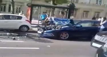 Bakının mərkəzində minik avtomobili yük maşını ilə toqquşdu (VİDEO)