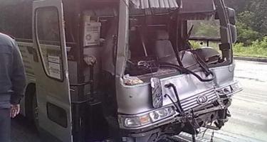 Avtobus yük maşını ilə toqquşdu: Ölən və yaralananlar var