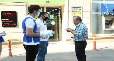 YAP Gəncə şəhər təşkilatının əməkdaşları vətəndaşlara tibbi maskalar paylayıblar (FOTO/VİDEO)